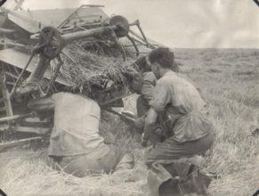 Opravář s. Švorc, pomáhá mu traktorista a jeho pomocník.
