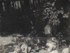 Děti mateřské školky na pískovišti.