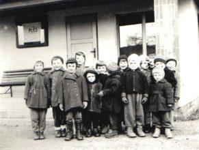 Děti mateřské školky u autobusové zastávky u pošty.