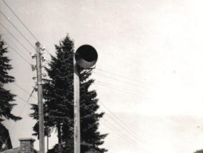 Autobusová zastávka u pošty, v pozadí domy u Votavů, Kopeckých a Hlaváčků.