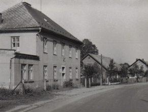 Budova ZDŠ, v pozadí dům u Zenftů a Horáků.