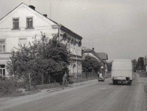 Budova pošty a MNV, v pozadí dům u Novotných.