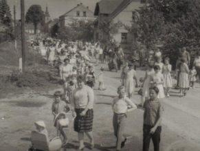 Oslava Mezinárodního dne dětí - průvod ze hřiště do sokolovny.