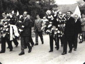 Na snímku uprostřed Petrásek Josef, zprava Krčmář Karel a Doubic Josef.