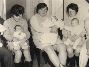 Hrochová Eva s dcerou Evou, Pelcová Marie s Václavou, Válková Libuše s dcerou Líbou.