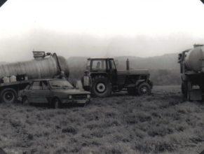 Chemické ošetření plodin. V traktoru ZT 300 je Kudyn Zdeněk, u osobního auta Dubánek Jiří a Roleček Jiří.