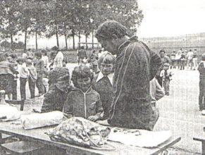 Děti si vybírají některou z cen pod vedením Rolačka Jana.