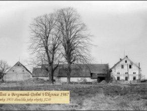 Foto usedlosti Bergmanových, ve které byly ustájeny první krávy, při zakládání JZD v roce 1952. Od roku 1953 sloužila jako objekt JZD.