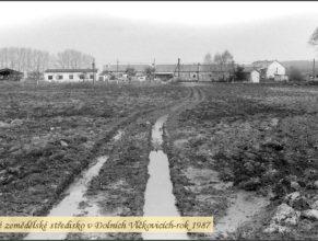 Foto nového střediska místního JZD v Dolních Vlčkovicích.