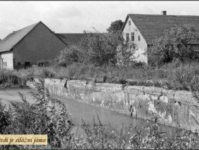 Usedlost u Vejdělků od roku 1953 sloužila pro potřeby JZD jako kravín a uskladňovací prostory pro seno a průmyslová hnojiva. V popředí silážní jáma.