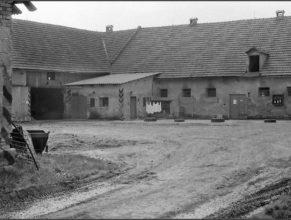 Usedlost u Vejdělků od roku 1953 sloužila pro potřeby JZD jako kravín a uskladňovací prostory pro seno a průmyslová hnojiva.
