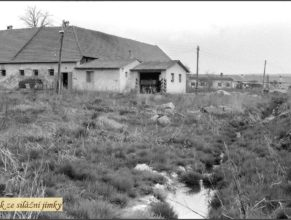 Usedlost u Vejdělků od roku 1953 sloužila pro potřeby JZD jako kravín a uskladňovací prostory pro seno a průmyslová hnojiva. Odtok ze silážní jímky.