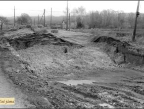 Usedlost u Vejdělků od roku 1953 sloužila pro potřeby JZD jako kravín a uskladňovací prostory pro seno a průmyslová hnojiva. Silážní jáma.