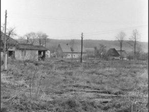 V pozadí uprostřed dům Makešových a vpravo Diveckých.