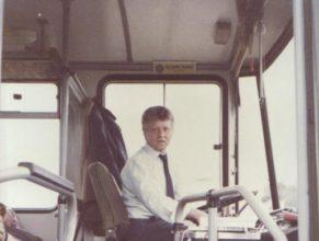 Řidič ČSAD Jaroměř z Vlčkovic v P., Legner Jaromír, který velmi často řídí autobus při výletech pořádaných JZD.