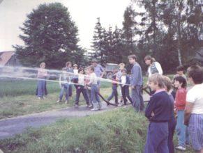Děti zkoušející hasící techniku.