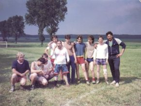 Fotbal ženatí proti svobodným. Svobodní zleva : Legner M., Mertlík P., Pelc M., Možíš. P., Matějka J., Volf M., Haštur J., Matějka M., Mertlík J.
