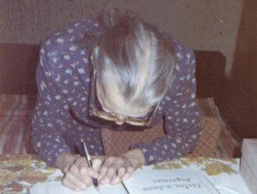 Podpis do památní knihy.