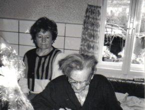Jan Štěpán podepisuje pamětní knihu.
