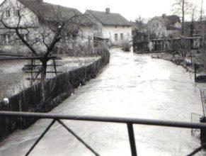Rozvodněný potok u Moravců.