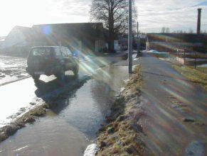 Voda na cestě.