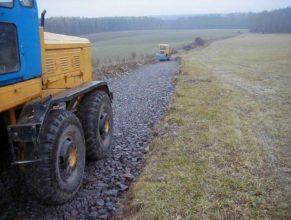Budování cesty, pohled na slepou uličku vedoucí k lesu.