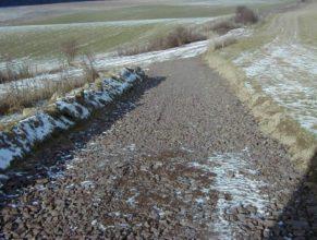 Rozestavěná cesta, vpravo slepá ulička vedoucí k lesu, nalevo spojka cest C 2.1 DV, C 2.2 DV a C 1.3 DV.