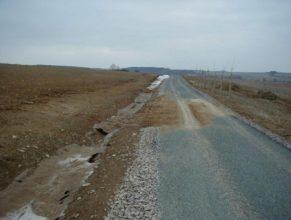 Vymletý příkop erozí, napravo zeleň k Dolním Vlčkovicím.