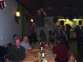 Tanečník na stole.