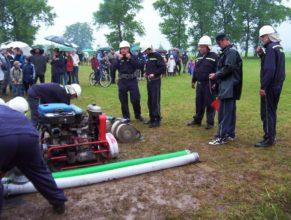 Muži SDH Vlčkovice připravující se k útoku.