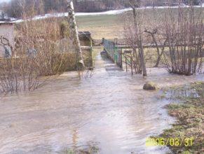 Rozvodněný potok u kulturního domu v Horních Vlčkovicích.