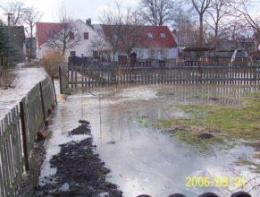Rozvodněný potok u Helmů v Dolních Vlčkovicích.
