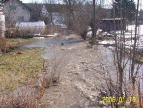 Rozvodněný potok u Chmelíků v Horních Vlčkovicích.