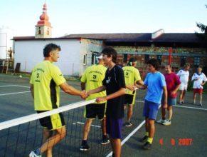 Podávání rukou po zápase.