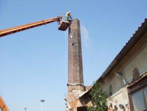 Bourání továrního komína.