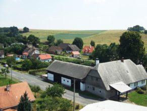 Silnice směrem na Českou Skalici, pohled z vysokozdvižné plošiny.