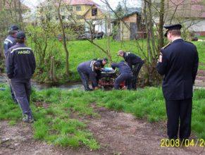 Vlčkovičtí hasiči připravující mašinu.