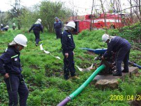 Probíhající cvičný útok hasičů.