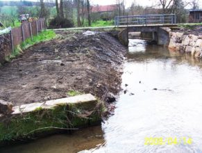 Úprava břehu potoka u Smetanů a Trohořů.