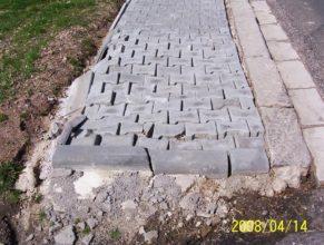 Stavba chodníku v Dolních Vlčkovicích - vady chodníku.