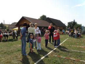Děti na startu překážkové dráhy.