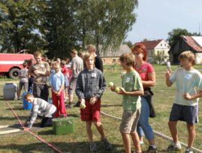 Děti přiravené k hodu na cíl.