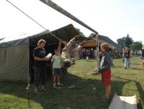 Dítě lezoucí po laně, vlevo Vladimír Vitebský.