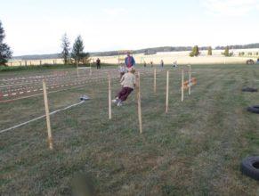 Dítě běžící překážkovou dráhou.