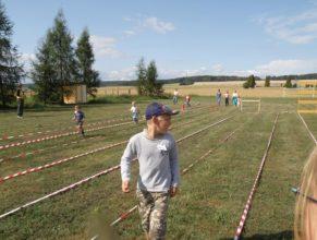 Děti běhající překážkovou dráhou.
