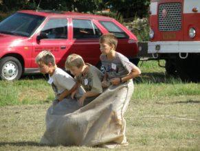 Děti skákající v pytli.