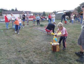 Děti nosící vodu v plechovkách.