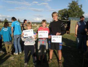 Děti s diplomy, vpravo Michal Kejkrt.