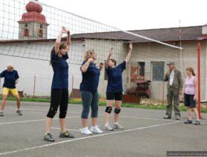 Clonící volejbalistky při zápase.