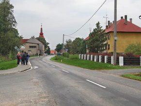 Hlavní silnice, v pozadí kulturní dům.